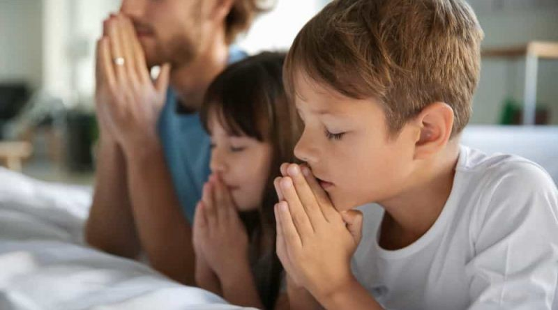 family-praying-800x445.jpg